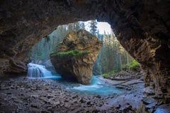 Johnston Canyon grotta i vårsäsongen med vattenfall, Johnston Canyon Trail, Alberta, Kanada royaltyfri fotografi