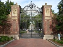 Johnston Gate, jarda de Harvard, Universidade de Harvard, Cambridge, Massachusetts, EUA Imagem de Stock