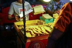 JOHOR, MALÁSIA - EM FEVEREIRO DE 2019: Cena da rua do massivepeople no quilate de Pasar ou do mercado da venda da bota do carro d imagem de stock