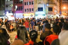 JOHOR, MALAYSIA - FEBRUAR 2019: Straßenbild von massivepeople an Pasar-Karat oder von Autostiefelverkaufsmarkt während des chines stockfotos