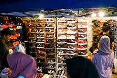 JOHOR, MALAYSIA - FEBRUAR 2019: Straßenbild von massivepeople an Pasar-Karat oder von Autostiefelverkaufsmarkt während des chines stockfotografie