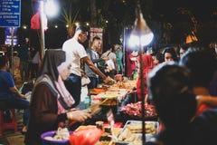 JOHOR, MALAYSIA - FEBRUAR 2019: Straßenbild von massivepeople an Pasar-Karat oder von Autostiefelverkaufsmarkt während des chines stockbilder
