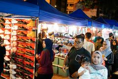 JOHOR, MALAYSIA - FEBRUAR 2019: Straßenbild von massivepeople an Pasar-Karat oder von Autostiefelverkaufsmarkt während des chines lizenzfreies stockbild