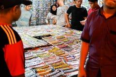 JOHOR, MALAYSIA - FEBRUAR 2019: Straßenbild von massivepeople an Pasar-Karat oder von Autostiefelverkaufsmarkt während des chines lizenzfreie stockfotos
