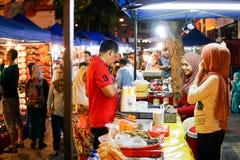 JOHOR, MALAYSIA - FEBRUAR 2019: Straßenbild von massivepeople an Pasar-Karat oder von Autostiefelverkaufsmarkt während des chines lizenzfreie stockbilder