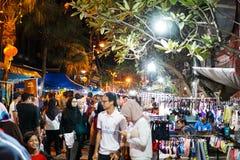 JOHOR, MALAYSIA - FEBRUAR 2019: Straßenbild von massivepeople an Pasar-Karat oder von Autostiefelverkaufsmarkt während des chines stockfoto
