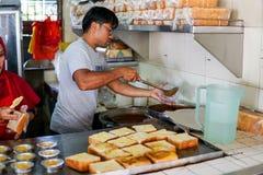 JOHOR, MALEISIË - FEBRUARI 2019: Arbeiders die de orde van de kacangpool voorbereiden bij de beroemde Kacang-Pool Haji in Medan S stock foto's