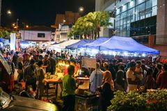 JOHOR, MALEISIË - FEBRUARI 2019: Straatscène van massivepeople in Pasar Karat of de verkoopmarkt van de autolaars tijdens Chinees stock fotografie