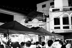 JOHOR, MALEISIË - FEBRUARI 2019: Straatscène van massivepeople in Pasar Karat of de verkoopmarkt van de autolaars tijdens Chinees stock afbeelding