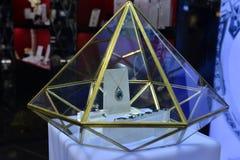 A joia azul na mostra da forma do diamante Fotografia de Stock Royalty Free