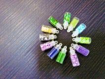 Joia colorido para pregos em uns frascos pequenos fotografia de stock royalty free