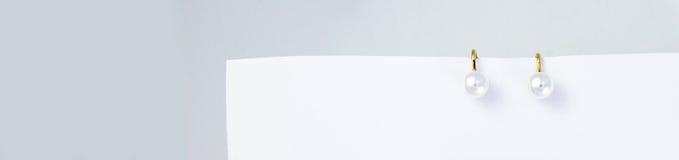 Joia com pérolas em um fundo monocromático Foto de Stock
