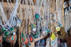 Joia da lembrança no mercado em Geórgia imagens de stock