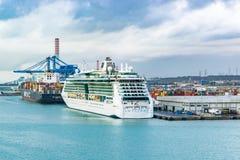 Joia da linha de cruzeiros de Royal Caribbean do navio de cruzeiros dos mares e Do CAM Maureen Cargo Ship entrada no porto de Civ fotografia de stock royalty free