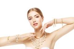 Joia da mulher, bracelete da joia da pérola do ouro e colar, retrato da beleza da forma fotos de stock