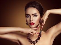 Joia da mulher, colar vermelha da joia das gemas e anel, beleza da forma imagens de stock royalty free