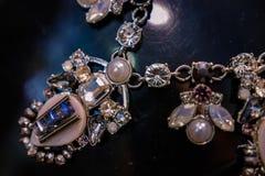 A joia das mulheres fez de metais baixos, de vidro e de materiais macios imagem de stock royalty free