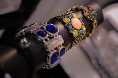 A joia das mulheres fez de metais baixos, de vidro e de materiais macios fotografia de stock royalty free