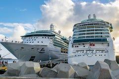 Joia de Royal Caribbean dos mares e da serenata dos navios de cruzeiros dos mares entrados em Philipsburg Sint Maarten Cruise Por foto de stock