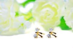Joia do cameo do pendente do ouro na gema da curva com as flores que põem o isola Foto de Stock