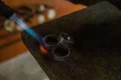 Joia do of?cio que faz com ferramentas profissionais Tiro macro Um processo feito a m?o do joalheiro, fabrica??o de joia Metal de foto de stock royalty free