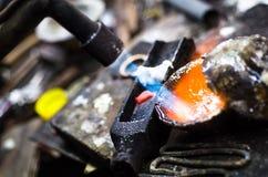 Joia do ofício que faz com ferramentas profissionais Tiro macro Um processo feito a mão da joia, fabricação de joia fotos de stock royalty free