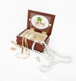 Joia do ouro e da pérola, caixa de joia no fundo branco Fotografia de Stock
