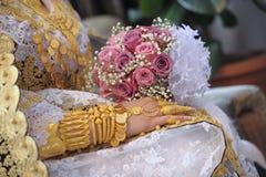 Joia e rosas do ouro nas mãos Imagem de Stock