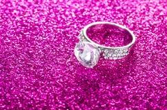A joia elegante no fundo brilhante Fotografia de Stock Royalty Free