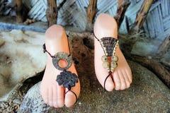 Joia elegante para os pés feitos de materiais naturais. Imagens de Stock