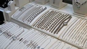 A joia fez da prata na janela da loja video estoque