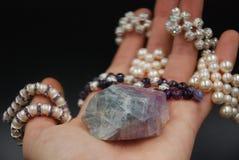 Joia frisada das pérolas e dos cristais na mão imagens de stock