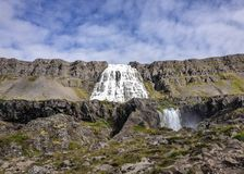 Joia magnífica da cachoeira de Dynjandi do Westfjords de Islândia no tempo ensolarado e no céu azul imagem de stock royalty free