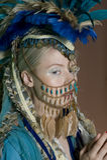 Joia vestindo da jovem mulher bonita na cara Imagens de Stock