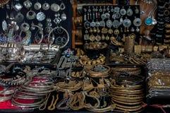 Joias para a imitação da venda de joias indianas no mercado na Bolonha, Itália imagens de stock