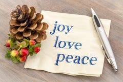 Joie, amour, texte de paix sur la serviette Photo stock