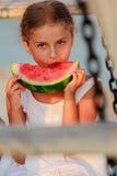 Joie d'été, belle fille mangeant la pastèque fraîche sur la plage Photos libres de droits