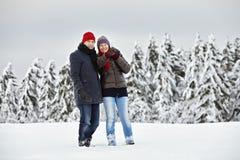 Joie d'amusement de neige de femme d'homme de couples Photographie stock libre de droits