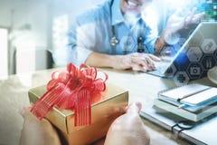 Joie de donner de Noël Main ou équipe patiente donnant un cadeau à l'étonné me Images libres de droits