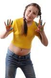 Joie. Fille de la préadolescence jouant avec des couleurs Photos stock