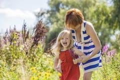 Joie heureuse de famille de maman et de fille en nature Photographie stock libre de droits