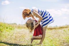 Joie heureuse de famille de maman et de fille en nature Image libre de droits