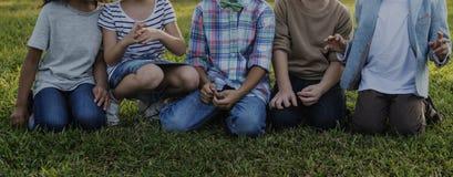Joie mignonne gaie d'enfants d'amis d'enfants occasionnels Images stock
