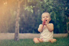 Joie pure - bébé heureux mignon Image libre de droits