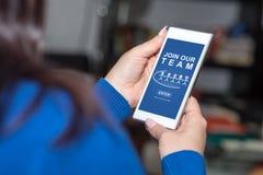 Joignez notre concept d'équipe sur un smartphone image libre de droits