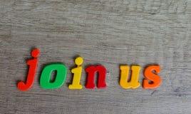 Joignez-nous - banni?re sur la table en bois image stock