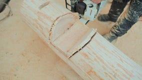 Joiner piły łańcuchowej pracujący piłowanie notuje dla drewnianych domów Kanadyjski kąta kamieniarstwo Kanadyjczyka styl zbiory wideo