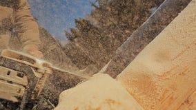 Joiner piły łańcuchowej pracujący piłowanie notuje dla drewnianych domów Kanadyjski kąta kamieniarstwo Kanadyjczyka styl Drewnian zdjęcie wideo