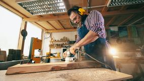 Joiner polerował drewno podczas gdy pracujący przy ciesielka sklepem Cieśla, rzemieślnika działanie zdjęcie wideo