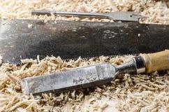 joinery εργαλεία - σμίλη στον ξύλινο πίνακα Στοκ Εικόνες